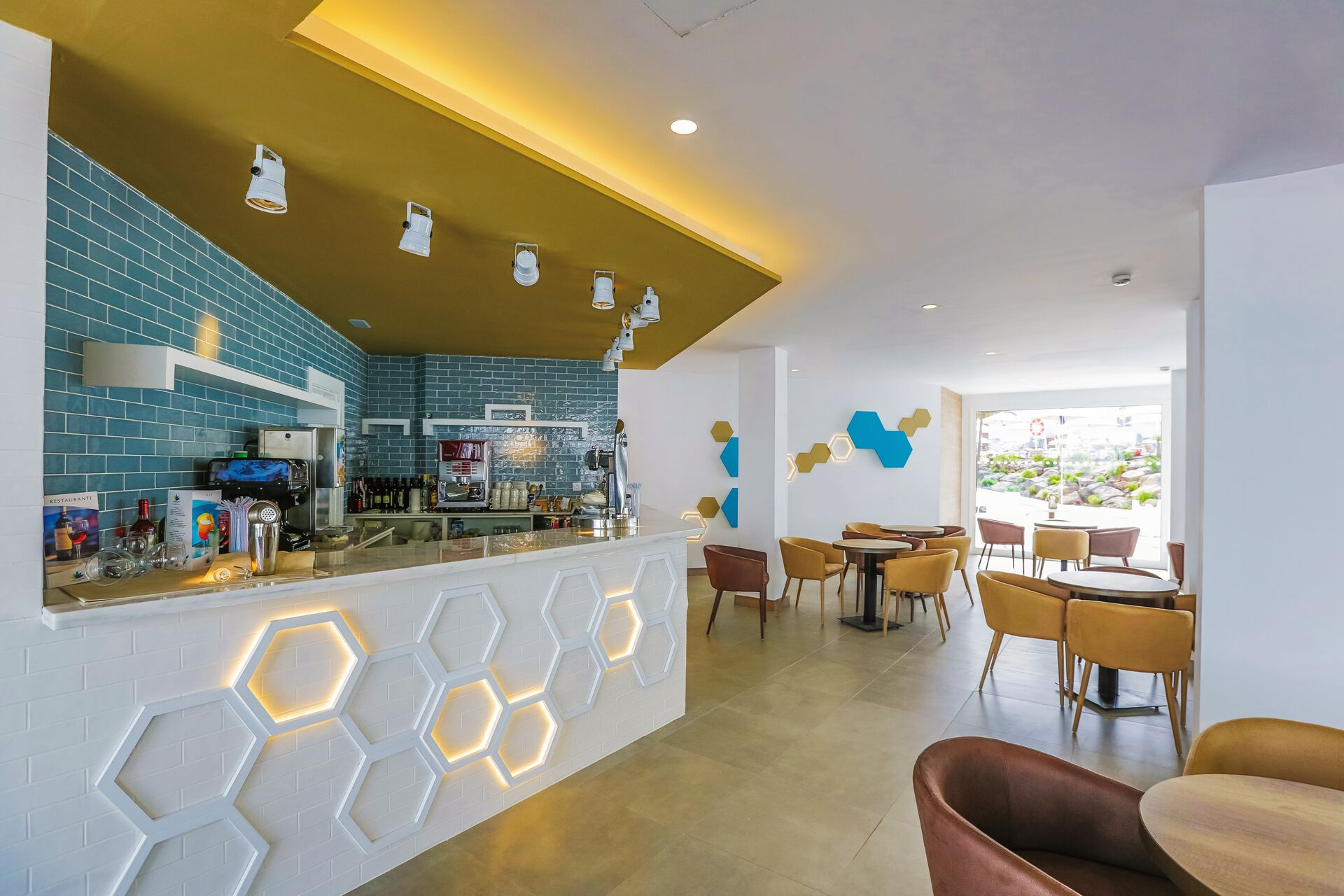 Bar in Ihrem 4-Sterne-Hotel LABRANDA Corralejo Village